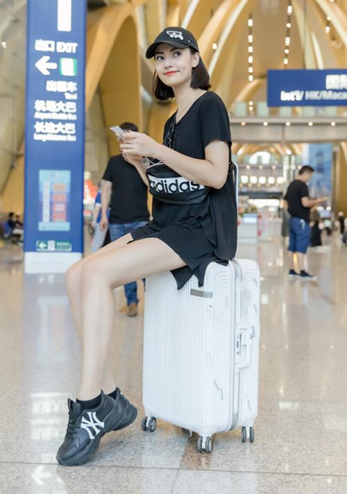 Những khi không biết mặc gì vừa đẹp vừa thoải mái khi ra sân bay, một chiếc váy thun cơ bảnnhư Hồng Quếlà lựa chọn lý tưởng.