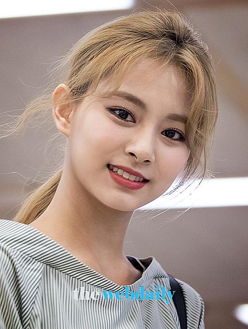 Tối 8/9, Twice trở về Hàn Quốc sau lịch trình ở Nhật Bản. Tzuyu tiếp tục là gương mặt được săn đón nhờ nhan sắc nổi bật.