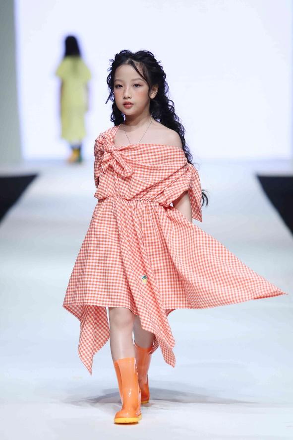 Là một trong những gương mặt sáng giá củalàng mẫu nhí Việt,Anh Thưtừng tham gia nhiều mùa của Vietnam Junior Fashion Week và đặc biệt đãsải bước trên sàn diễn quốc tế của Shanghai Fashion Week.