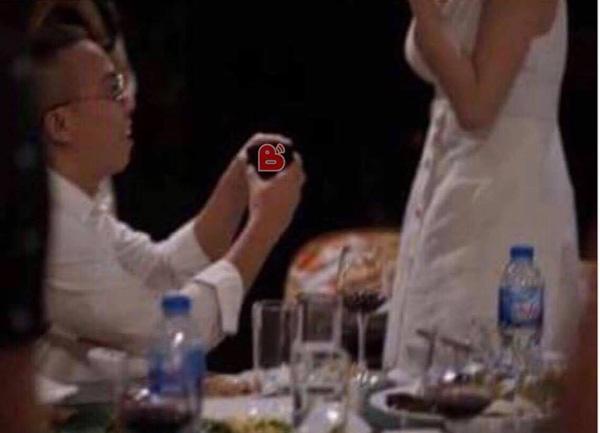 Sau bao đồn đoán, ngày 8/8 hình ảnh Hoàng Touliver cầu hôn Tóc Tiên được chia sẻ chóng mặt. Tại sự kiện đặc biệt có sự chứng kiến của nhiều bạn bè thân thiết, đồng nghiệp như MLee, Cường Seven.... Theo chia sẻ, Tóc Tiên đã nhận lời cầu hôn này của phù thủy âm nhạc.