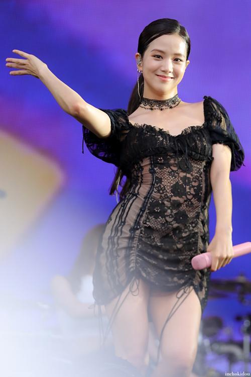 Trong một buổi diễn ở Nhật ngày 18/8, Ji Soo bị chê già, kém sắc trong bộ váy rendiêm dúa bó sát.