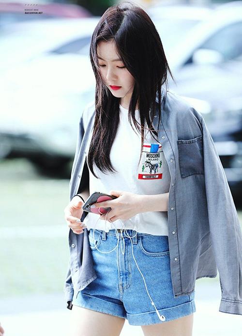 Phong cách thời trang không cầu kỳcủa Irene thể hiện trong việc cô thích kết hợp T-shirt trắng với các kiểu quần jeans. Khi trời se lạnh, người đẹp mix thêm sơ mi, blazer phía ngoài.