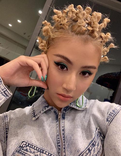 Không chỉ phù hợp với làn da hơi ngăm, tóc vàng kiểu Tây còn giúp Quỳnh Anh Shyn kết hợp dễ dàng cùng phong cách thời trang cool ngầu, nổi loạn.