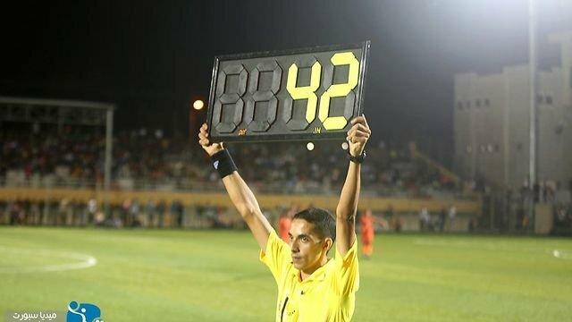 Trọng tài giơ tấm bảng bù giờ trận đấu lên đến 42 phút.