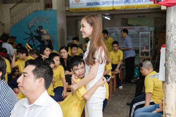 Nụ cười rạng rỡ của nữ ca sĩ khi ôm một bé trai.