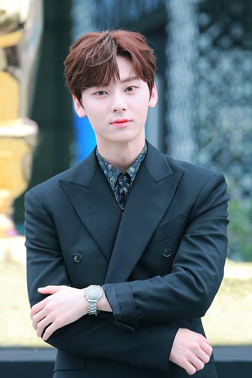 Hwang Min Hyun (NUEST) xếp vị trí thứ tư. Anh chàng nhận được 33.857 lượt bình chọn.