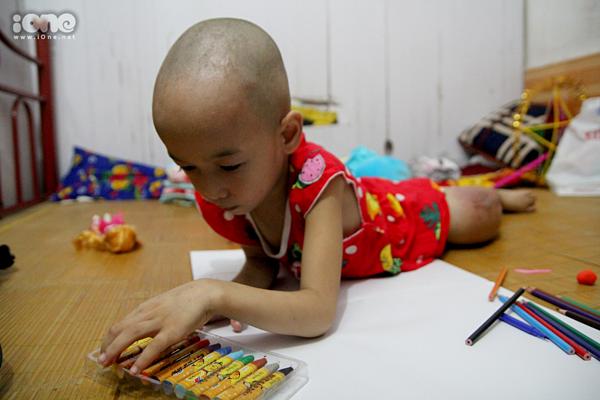 Bệnh nhi Thùy Linh (5 tuổi) rất thích vẽ.