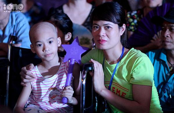 Khánh Linh cùng mẹ tham dự đêm Rằm trung thu.