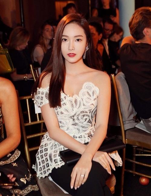 Jessica nổi bật với áo ren trắng gợi cảm trong show thời trang ở New York.
