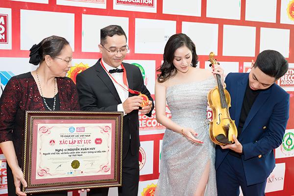 Mẹ ruột Khánh Thi cũng có mặt ủng hộ tinh thần cho các con.