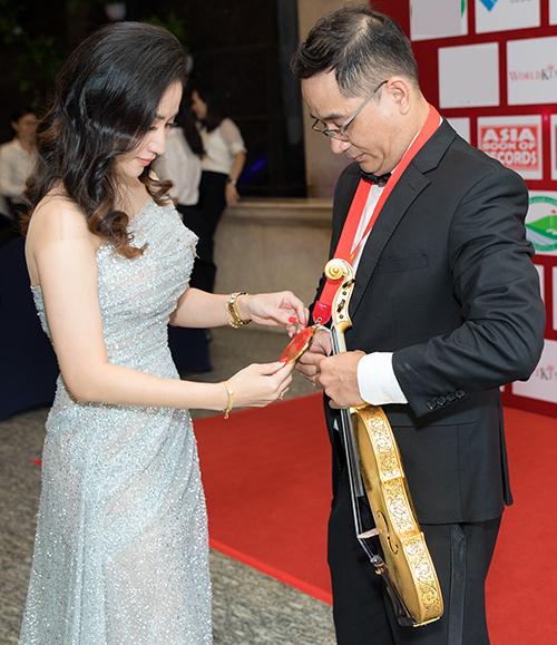 Trong sự kiện, Khánh Thi mừng anh trai ruộtnghệ nhân Nguyễn Xuân Huy, anh ruột của kiện tướng dance sport Khánh Thi - đã được trao bằng xác lập kỷ lục 'Người chế tác và biểu diễn đàn violin bằng sứ đầu tiên tại Việt Nam'.