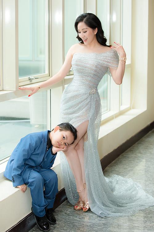 Thời gian gần đây, Kubi thường theo chân bố mẹ đi làm. Quý tử nhà Khánh Thi cũng sớm bộc lộ đam mê với nghệ thuật, đặc biệt là bộ môn dancesport.