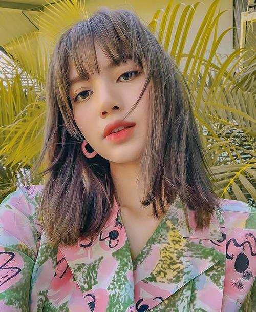 Brand Hàn Quốc Viollina đã re-up clip của Lisa. Ngay lập tức bông tai của hãng với giá 78,000 won (tương đương 1,6 triệu VND) đã SOLD OUT trong vỏn vẹn 1 giờ và chỉ sold out DUY NHẤT màu hồng mà Lisa đeo trong khi mẫu có đến tận 8 màu