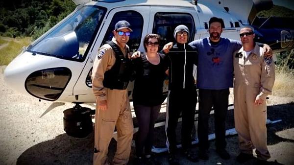 Đội cứu hộ chụp ảnh cùng gia đình nhà Whitson.