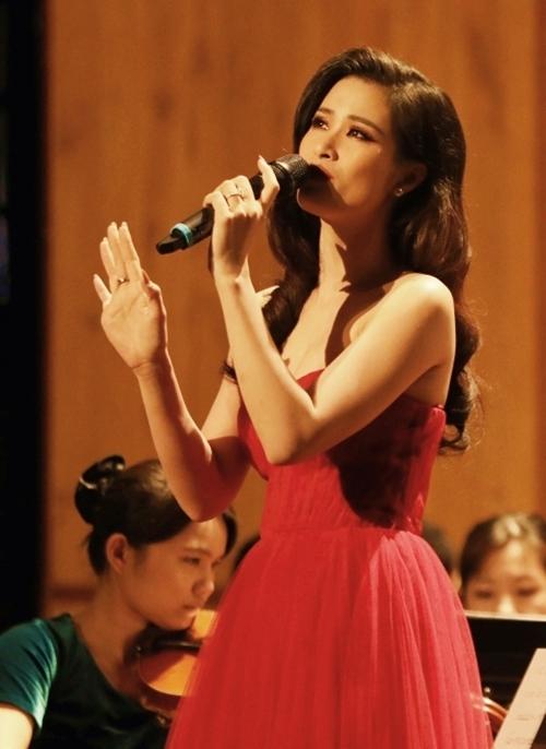 Đông Nhi chia sẻ, để có được màn kết hợp này cô phải tập luyện nhiều ngày trời với 70 nhạc công của dàn nhạc đến từ Đài Loan.