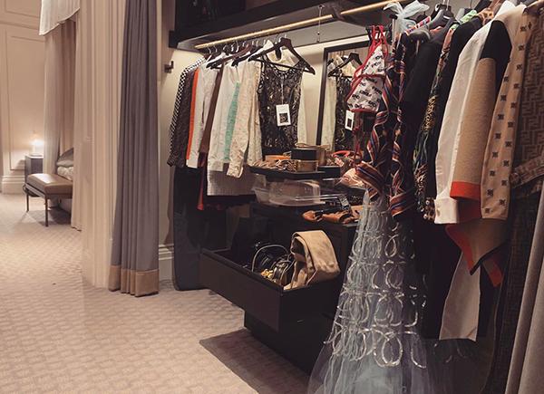 Huyền Baby đang có chuyến du lịch, kết hợp tham dự London Fashion Week. Nổi tiếng là yêu nữ hàng hiệu với gu thời trang đẳng cấp, hot girl đầu tư kỹ lưỡng cho lần xuất ngoại này. Trong bức ảnh mới, người đẹp khoe một góc trong phòng khách sạn, trưng bày loạt hàng hiệu xa xỉ gồm váy áo, phụ kiện, túi xách... Nhiều người so sánh tủ đồ của Huyền Baby với store của các thương hiệu cao cấp.