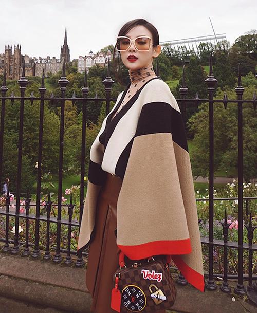 Trang phục Huyền Baby mang đi lần này đều đến từ những nhà mốt hàng đầu như Louis Vuitton, Chanel, Burberry, Gucci, Versace...