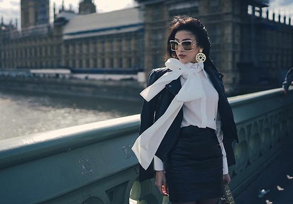 Mỗi ngày, người đẹp đều lên đồ kỹ lưỡng và chụp hình street style giữa khung cảnh cổ kính của châu Âu.