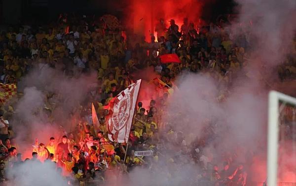 Pháo sáng đỏ rực trên khán đài sân Hàng Đẫy. Ảnh: Lâm Thỏa.