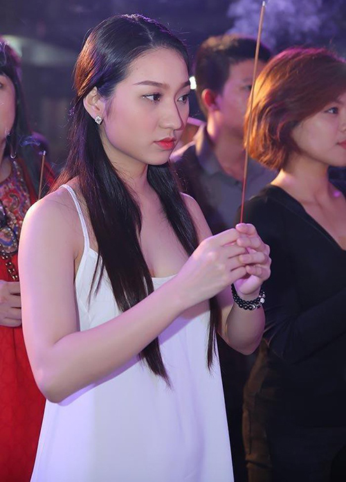 Bộ váy hai dây của Cao Mỹ Kim bị ví với trang phục bước ra từ phòng ngủ.