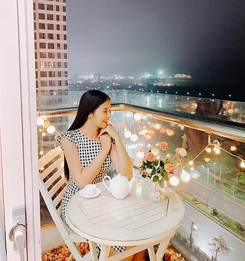 Ngọc Hân bên ban công căn hộ của mình tại TP Hạ Long, Quảng Ninh. Nhà của Hoa hậu Việt Nam 2010có hai phòng ngủ, một phòng khách. Căn hộ có vị trí đắc địavới view nhìn thẳng ra Vịnh Hạ Long.