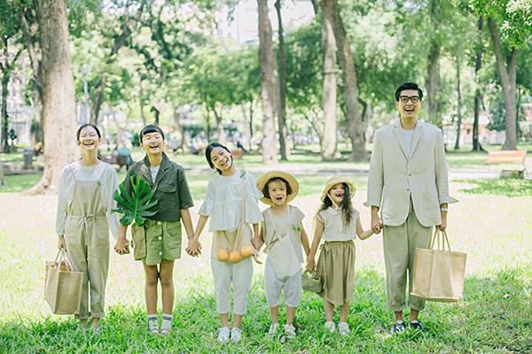 Quang Đại cùng năm học trò nhí trong Model Kid Vietnam gồm Thiên Trang, Bảo Kim, Bảo Nam, Phương Thảo và Hà Linh cùng dạo chơi dưới bãi cỏ, chụp hình và quay MV Tí hon mộng mơ để chào mừng Tết Trung thu.