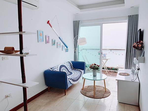 Phòng khách với gam màu trắng - xanh dương chủ đạo,được bày trí đơn giản. Ngọc Hân tiết lộ, cô lấy cảm hứng từ biển để trang trí cho căn hộ của mình.