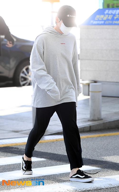 Kim Jin Woo có style ra sân bay thoải mái như ở phòng tập.