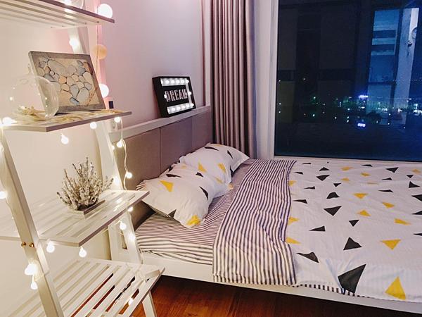 Phòng ngủ view biển được mỹ nhân sinh năm 1989 trang trí bằng những món đồ nhỏ xinh như dây đèn, tranh, sao biển, san hô giả...