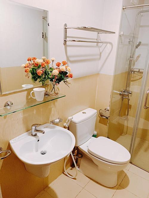 Ngọc Hân đặt hoa giả trong nhà vệ sinh, tạo sự thân thiện cho không gian.