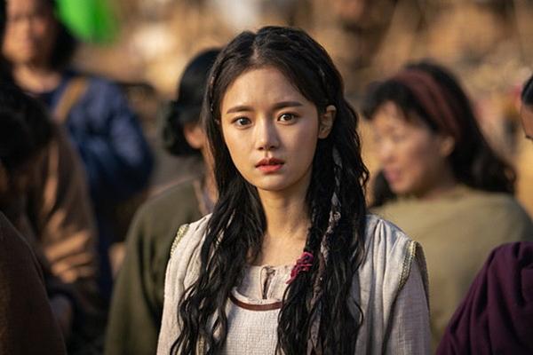 Go Bo Kyul là bóng hồng đang sát cánh chiến đấu cùng Song Joong Ki trong phim Arthdal Chronicles. Cô vào vai thầy thuốc Chae Eun, nhiều lần cứu sống Eun Som và hỗ trợ anh hết mình trong cuộc chiến bảo vệ dân tộc mình.