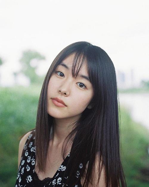 Trái ngược với vẻ chị đại trong phim, ở ngoài Erika Karata sở hữu nét đẹp dịu dàng, trong sáng. Cô nàng sinh năm 1997 được mệnh danh là nàng thơ của điện ảnh Nhật Bản nhờ gương mặt đậm chất điện ảnh. Dù còn trẻ,  Erika Karata đóng khá nhiều phim, từng nhận giải thưởng Diễn viên mới xuất sắc nhất trong Giải điện ảnh châu Á lần thứ 13.
