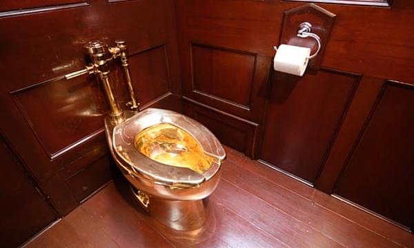 Chiếc toilet vàng 18 carat.Ảnh: Leon Neal