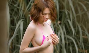 Sao Việt 'mặc như không' với bikini nhỏ bằng bàn tay
