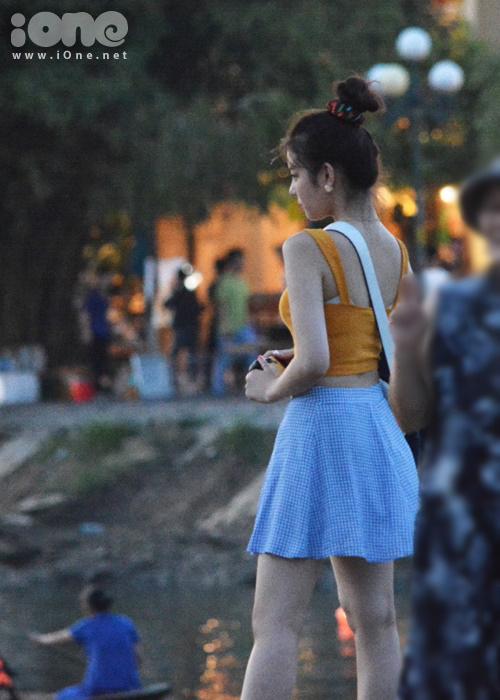 Lia tạo dáng, nhờ bố chụp ảnh kỷ niệm bên sông Hoài trước khi trở về Đà Nẵng trong đêm. Một số bạn trẻ tại Hội An và du khách Hàn Quốc nhận ra cô gái 10x xinh đẹp của nhóm ITZY, bắt chuyện và chào hỏi thân mật. Lia tỏ ra thân thiện và vui vẻ khi có người hâm mộ nhận ra mình tại Hội An.