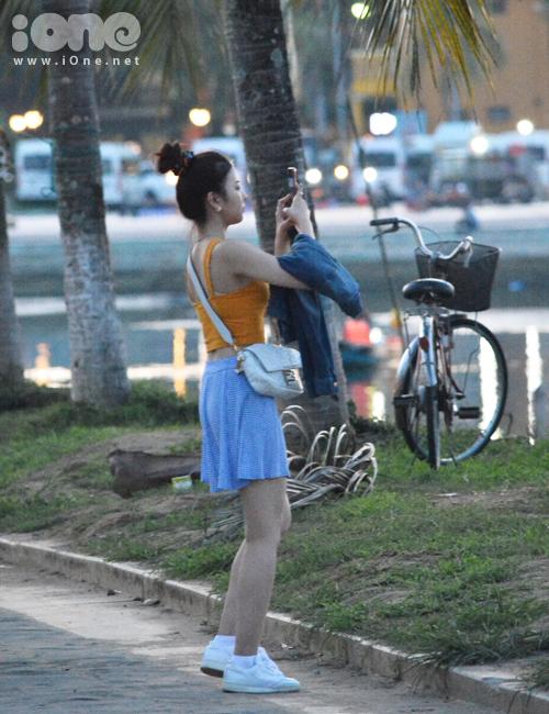 Cảnh hoàng hôn bên sông Hoài khiến Lia liên tục dừng chân, giơ điện thoại lên chụp ảnh.