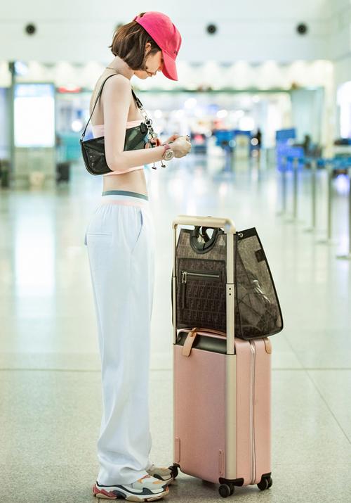 Trong những lần mang Triple S ra sân bay, Ngọc Trinh thú nhận cô chỉ dùng chụp ảnh cho đẹp, sau đó... thay một đôi giày nhẹ nhàng, êm ái hơn. Dù không tiện dụng và cũng có giá đắt đỏ, người mẫu 8x vẫn chịu chi sắm đến 3 màu khác nhau.