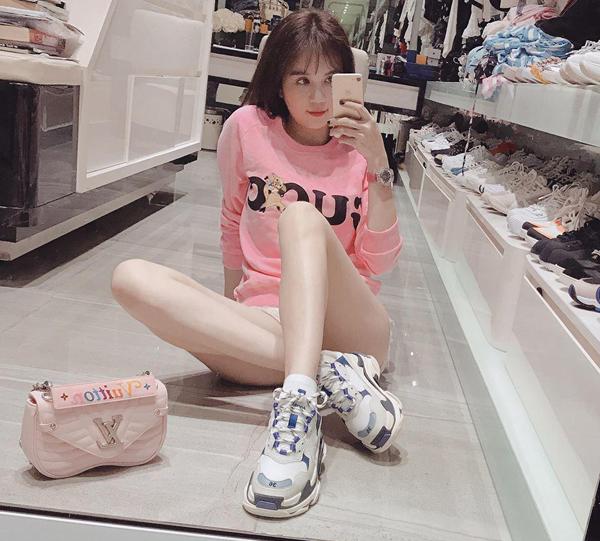 Balenciaga Triple S là đôi giày yêu thích của nhiều fashionista. Chứng minh là người sành xu hướng, Ngọc Trinh cũng sắm mẫu này về bộ sưu tập. Tuy nhiên người đẹp tiết lộ vì kiểu dáng cồng kềnh, đôi giày này đi khá nặng chân, không được êm ái nên cô chỉ dùng để chụp hình.