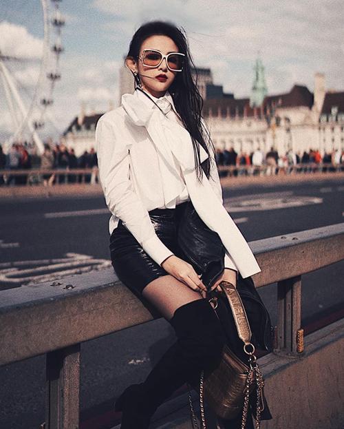 Bức ảnh street style của Huyền Baby trên đường phố London được khen đẹp chẳng kém gì trong tạp chí thời trang.