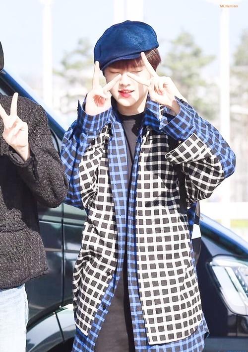 Em út Nam DO Hyun có biểu cảm đáng yêu hết cỡ vì nắng.