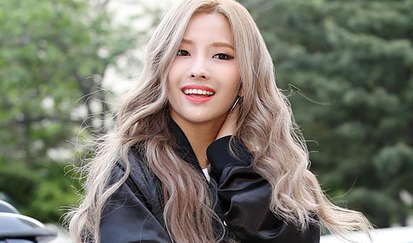 Khi trở thành trưởng nhóm (G)I-DLE, So Yeon trở thành thành viên nổi bật nhất. Cô có khả năng sáng tác, viết lời, dàn dựng vũ đạo. Không chỉ được đánh giá cao về tài năng, nhan sắc của So Yeon cũng nổi bật hơn nhiều so với thời thực tập sinh. Cô chọn được phong cách trang điểm phù hợp, nổi bật đôi mắt một mí cá tính.