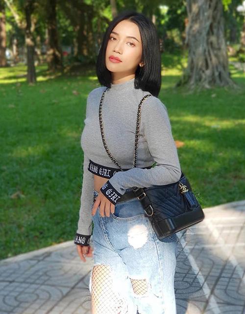 Mỹ nhân Sài thành diện túi Chanel Gabrielle dạo phố, có giá bán trên website của hãng là 4.500 Euro (khoảng 115 triệu đồng).