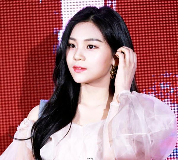 Với nỗ lực lột xác, Um Ji đã giảm tới 11 kg và chăm chút hơn cho ngoại hình. Từ một cô gái luôn dùng tóc che mặt trên sân khấu vì tự ti, Um Ji đã lột xác khiến các fan Kpop trầm trồ không ngớt. Thay đổi về ngoại hình, Um Ji trở nên tự tin hơn và ngày càng tỏa sáng.