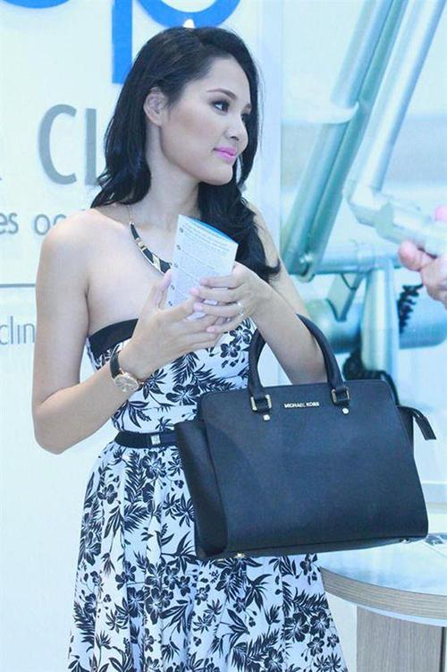 Sự cố bị bóc mẽ dùng túi Michael Kors fake gây ảnh hưởng đến danh tiếng của Hoa hậu Hương Giang. Trước scandal này, cô thanh minh đây là chiếc túi nhờ một đàn chị trong giới mua và cô cũng không biết là bị đánh tráo hàng nhái.