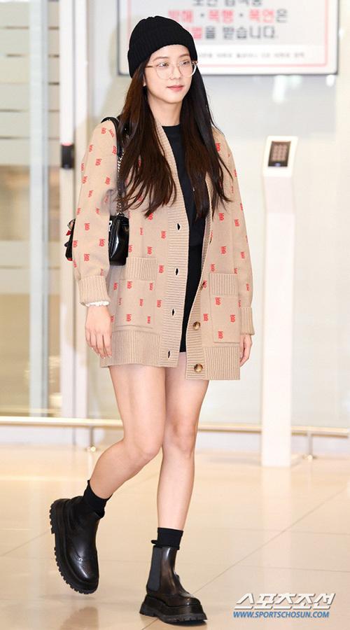 Ji Soo diện áo cardigan đậm chất thu và đeo túi của thương hiệu Burberry. Thành viên Black Pink lộ bắp đùi không thon gọn. Thời gian gần đây, Ji Soo thường bị chê xuống sắc vì tăng cân.