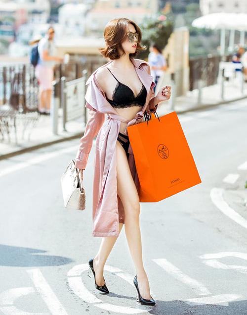 Ngọc Trinh đang có chuyến vi vu ở Italy, vừa tranh thủ nghỉ ngơi, vừa mua sắm hàng hiệu để chuẩn bị cho video đập hộp. Trong những bức ảnh mới nhất, chân dài gây sốc khi diện bộ nội y khoe trọn vóc dáng, xách túi hiệu tản bộ trên đường phố.