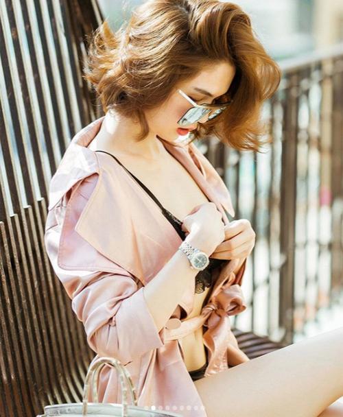 Người đẹp chỉnh sửa áo liên tục để tránh hớ hênh.