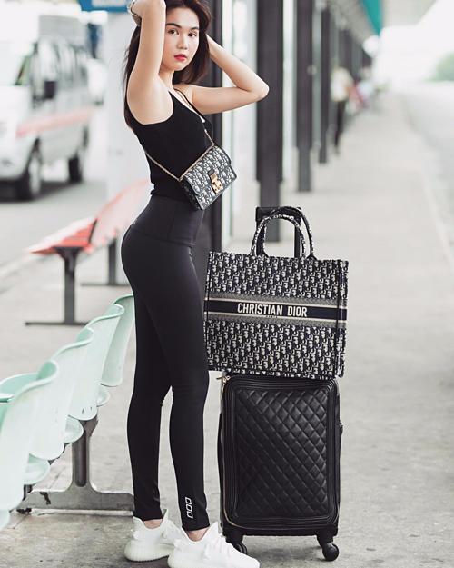 Đường cong uốn lượn của Ngọc Trinh được khoe trọn trong những set đồ thun bó sát. Kiểu đồ này không chỉ gợi cảm mà còn rất thoải mái, dễ hoạt động nên được nữ hoàng nội y ưu ái khi ra sân bay.