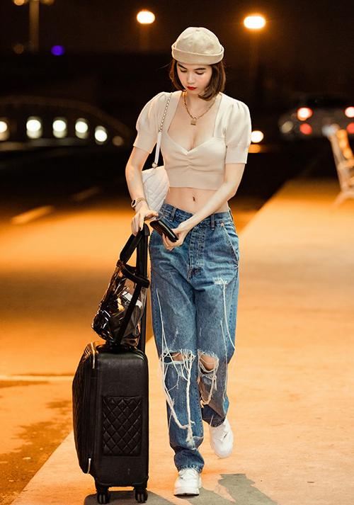 Từ lúcđổi sang phong cách cool ngầu, Ngọc Trinh có sự tiến bộ rõ rệt về gu ăn mặc khi ra sân bay. Trang phục của cô gần đây luôn đơn giản nhưng bắt mắt, thời thượng. Có vóc dáng đẹp, Ngọc Trinh khoe tích cực với những chiếc croptop hở ngực hở eo. Đi kèm theo là quần cạp trễ, tôn lên vòng hai phẳng lỳ.