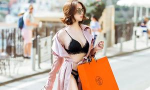 Ngọc Trinh mặc đồ lót đi mua sắm ở Italy